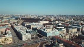 Vista aérea de St Petersburg, da catedral de Kazan e de outras construções históricas no centro da cidade contra filme