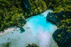 Vista aérea de surpresa do EL Nido Palawan Filipinas da ilha da lupulagem da lagoa de Cadlao de turquesa Aturdindo o lugar da nat foto de stock royalty free