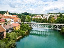 Vista aérea de tejados rojos de Novo Mesto, Eslovenia Puente de Kandija, río de Krka imágenes de archivo libres de regalías