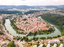 Vista aérea de tejados rojos de Novo Mesto, Eslovenia Puente viejo de Kandija del puente histórico del hierro, en la curva del rí fotos de archivo