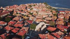 Vista aérea de telhados de telha de Nessebar velho, cidade antiga, Bulgária filme