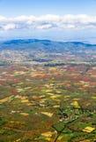 Vista aérea de tierras de labrantío debajo del cielo azul Imagenes de archivo