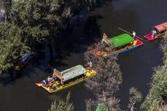 Vista aérea de trajineras mexicanos típicos dos barcos foto de stock royalty free