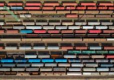 Vista aérea de trenes coloridos en una estación imagen de archivo libre de regalías
