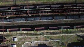 Vista a?rea de trens em um dep?sito de frete - carv?o de carv?o, minera??o, trem video estoque