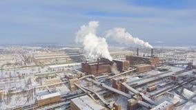 Vista aérea de tubos que fuman en zona industrial en invierno almacen de metraje de vídeo