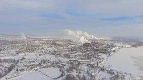 Vista aérea de tubos que fuman en zona industrial en invierno metrajes