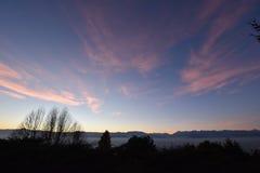 Vista aérea de Turín (Italia) en la puesta del sol con los montains de las montañas Foto de archivo libre de regalías