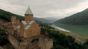 Vista aérea de um ananuri Geórgia do castelo contra um contexto de montanhas pitorescas e de um rio video estoque