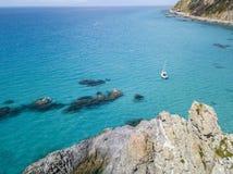 Vista aérea de um barco amarrado que flutua em um mar transparente Imagens de Stock Royalty Free