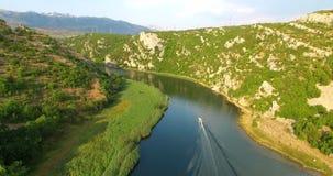 Vista aérea de um barco de motor que apressa-se no rio de Zrmanja, Croácia vídeos de arquivo