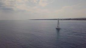 Vista aérea de um barco de navigação ao longo do litoral video estoque