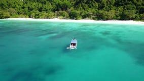 Vista aérea de um barco no oceano bonito com círculo da câmera ao redor filme