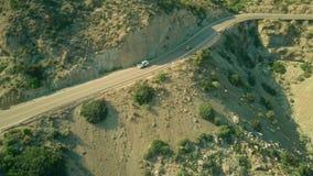 Vista aérea de um carro civil de Guardia que move-se ao longo da estrada ventosa em montanhas andaluzas, Espanha fotografia de stock royalty free