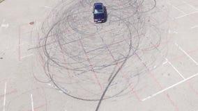 A vista aérea de um carro e da derivação marca à esquerda no pavimento filme