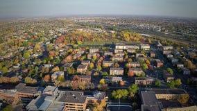 Vista aérea de um distrito comum do subúrbio filme