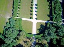 Vista aérea de um jardim com árvores e avenidas foto de stock royalty free