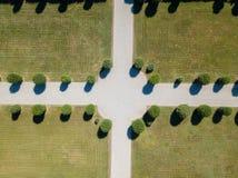 Vista aérea de um jardim com árvores e avenidas fotografia de stock