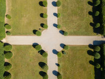 Vista aérea de um jardim com árvores e avenidas imagem de stock royalty free
