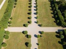 Vista aérea de um jardim com árvores e avenidas imagens de stock