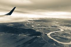 Vista aérea de um rio que flui no oceano Imagens de Stock