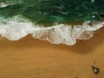 Vista aérea de um Sandy Beach grande com ondas Litoral português foto de stock royalty free
