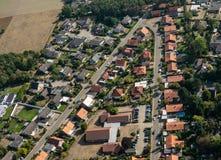 Vista aérea de um subúrbio alemão com as duas ruas e muitas casas pequenas para famílias, fotografadas por um gyrocopter foto de stock royalty free