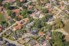 Vista aérea de um subúrbio alemão com as duas ruas e muitas casas pequenas para famílias, fotografadas por um gyrocopter fotografia de stock