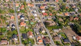 Vista aérea de um subúrbio alemão com as duas ruas e muitas casas pequenas para famílias, fotografadas por um gyrocopter imagem de stock royalty free