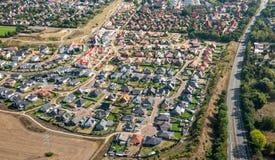 Vista aérea de um subúrbio alemão com as ruas e muitas casas pequenas para famílias, fotografadas por um gyrocopter imagem de stock royalty free