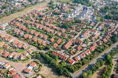 Vista aérea de um subúrbio alemão com as ruas e muitas casas pequenas para famílias, fotografadas por um gyrocopter fotos de stock