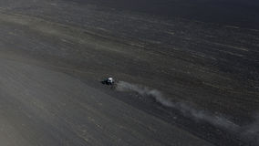 Vista aérea de um trator em uma opinião do campo de cima de fotografia de stock