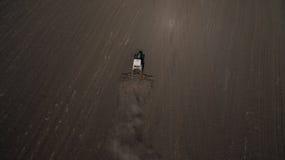 Vista aérea de um trator em uma opinião do campo de cima de fotos de stock royalty free