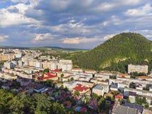 Vista aérea de uma cidade da montanha fotografia de stock royalty free