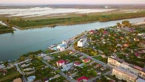 Vista aérea de uma cidade e de um Danúbio pequenos antes de fluir no mar vídeos de arquivo