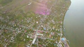 Vista aérea de uma cidade e de um Danúbio pequenos antes de fluir no mar video estoque