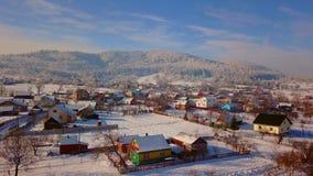 Vista aérea de uma cidade pequena nas montanhas filme