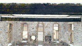 Vista aérea de uma construção velha que tivesse um colapso do telhado filme