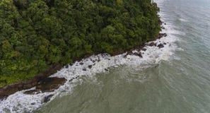 Vista aérea de uma costa rochosa e da praia Koh Chang, Tailândia imagens de stock