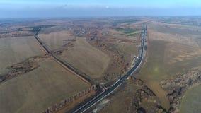 Vista aérea de uma estrada entre campos vídeos de arquivo