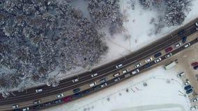 Vista aérea de uma estrada na paisagem do inverno video estoque