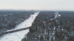 Vista aérea de uma estrada na paisagem do inverno filme