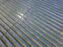 Vista aérea de uma exploração agrícola solar produzindo a energia renovável limpa do sol fotos de stock royalty free