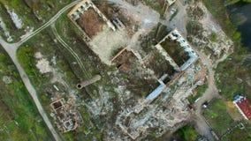 Vista aérea de uma fábrica destruída Sobras das construções vídeos de arquivo