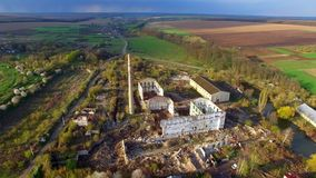 Vista aérea de uma fábrica destruída Sobras das construções video estoque