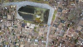 Vista aérea de uma igreja de madeira velha e de um cemitério de Maramures, Romênia Foto de Stock Royalty Free