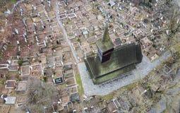 Vista aérea de uma igreja de madeira velha e de um cemitério de Maramures, Romênia Imagens de Stock Royalty Free