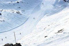 Vista aérea de uma pista alpina do esqui com esquiador Imagem de Stock