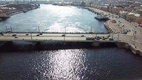 A vista aérea de uma ponte enorme do carro com carros conduz nela com o sol que brilha in camera, agradável acima da metragem video estoque