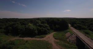 Vista aérea de uma ponte sobre um rio vídeos de arquivo